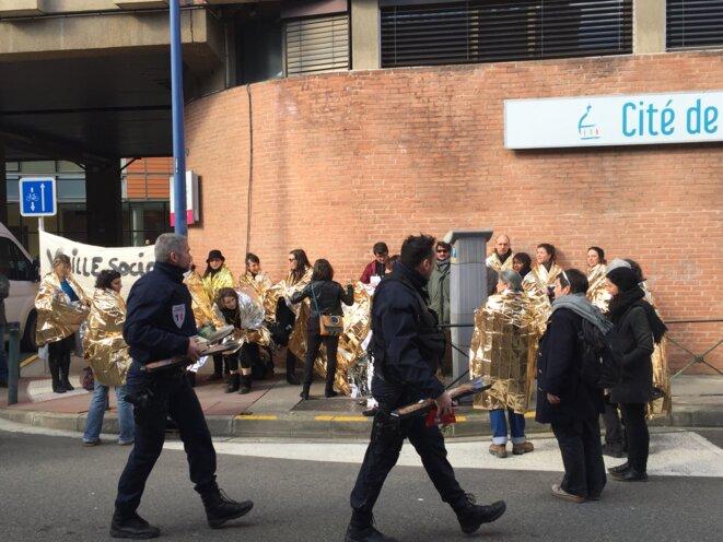 """Photo DR pour """"Social en question"""" : rassemblement le 4 février, avec de nombreux partenaires, devant l'ancien Intitut Claudius-Régaud à Toulouse"""