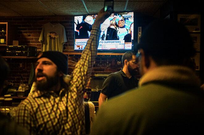 Des supporters de Bernie Sanders célèbrent sa victoire dans un bar du New Hampshire © Thomas Cantaloube
