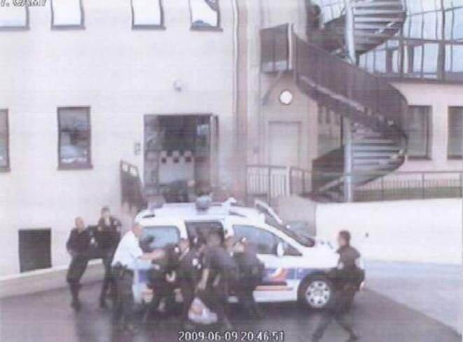 L'extraction d'Ali Ziri du véhicule de police filmée par la caméra du commissariat d'Argenteuil © DR