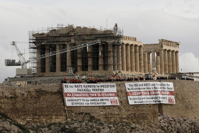 """""""La UE y la OTAN están tratando de transformar el Mediterráneo en un mar de muertos. Detener este crimen ahora!"""". Pancarta del partido Comunista de Grecia en la Acrópolis, el 15 de octubre de 2015. © Reuters"""