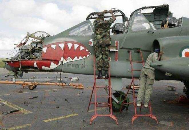 Un avion de l'armée ivoirienne abattu par l'armée française en représailles. © Reuters