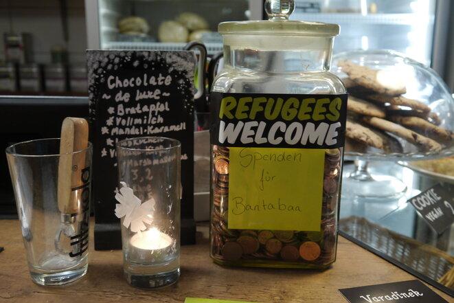 Colecta para los refugiados en el café Varadinek. © Amélie Poinssot