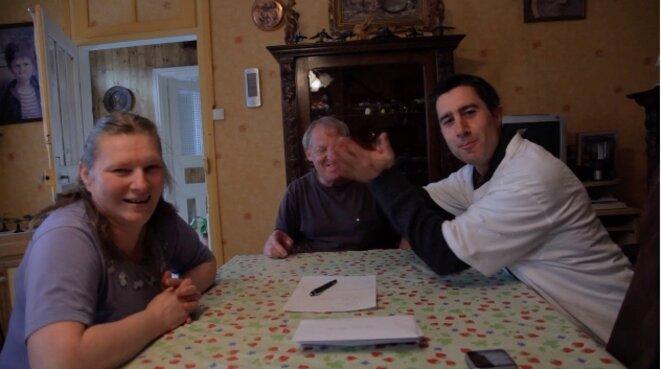 La famille Klug avec François Ruffin (à droite) dans un extrait de «Merci patron !»