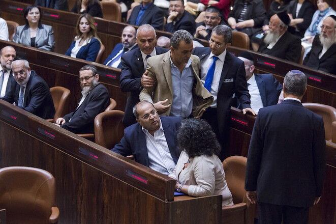 Jamal Zahalka es expulsado de la Knesset en de mayo de 2015, durante un discurso de Benjamin Netanyahu. © Jim Hollander / Reuters