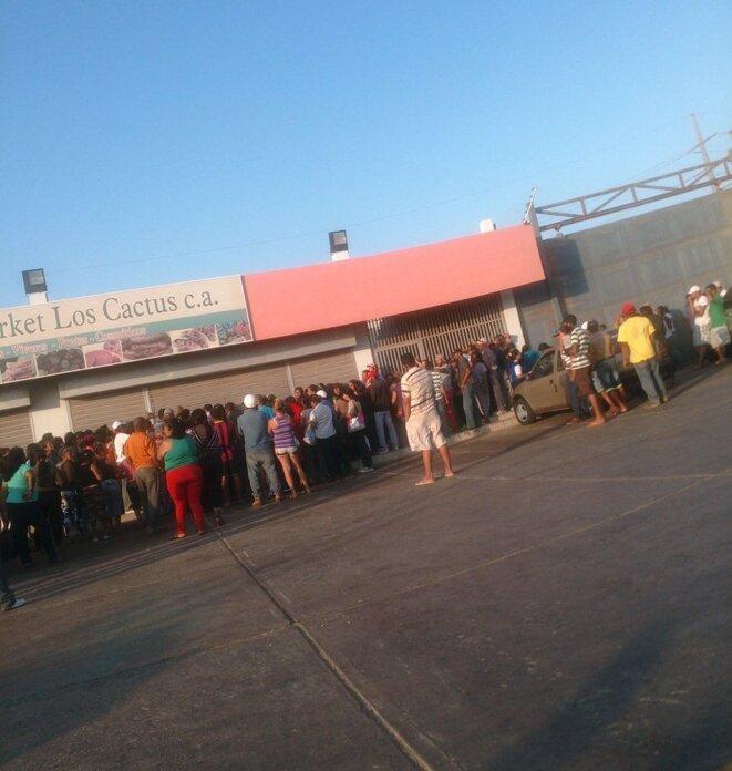 Les gens font la queue pour achetter à manger - Prendre ce genre de photos au Venezuela peut vous mener en prison.