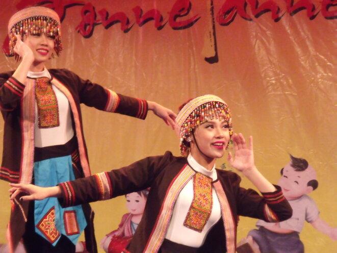 Danseuses du groupe Dât Viêt © Ph L