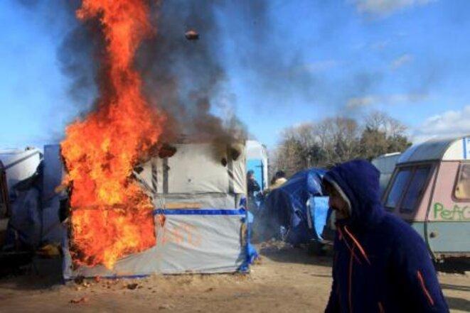 Un abri de fortune en feu, lundi 29 février dans la jungle de Calais. © Reuters