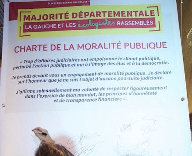 La charte de la moralité publique signée par F. Koïta le 16 mars 2015, lors du meeting pour les départementales en présence de Manuel Valls © Parti socialiste