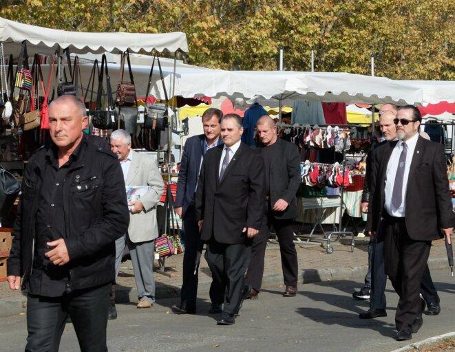 Louis Aliot sur le marché, avec ses gardes du corps [Ph. YF]