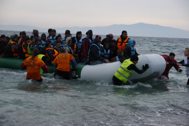 Arrivée d'une embarcation au petit matin sur la côte est de Lesbos. © Amélie Poinssot