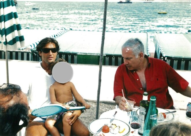 Arnaud Mimran avec Benjamin Netanyahou, l'actuel premier ministre israélien, en août 2003 à Monaco. © Mediapart