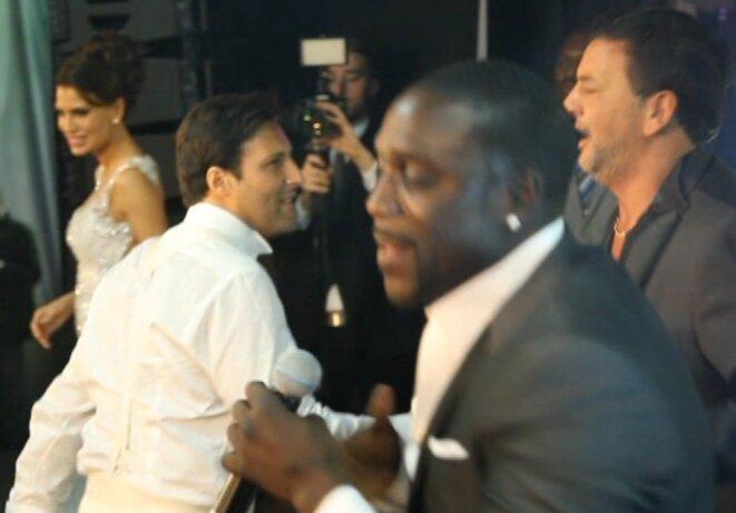 Arnaud Mimran et Marco Mouly avec, au premier plan, le chanteur Akon. © Mediapart