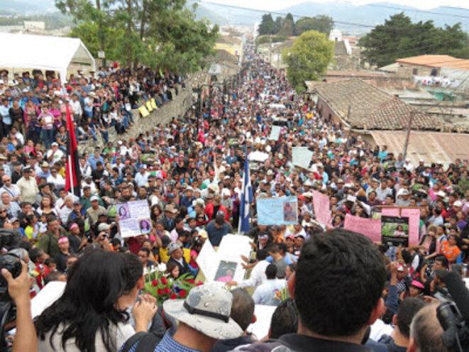 La Esperanza, Intibucá, une foule immense a suivi le cercueil de Berta Cáceres © Giorgio Trucchi - Rel-UITA
