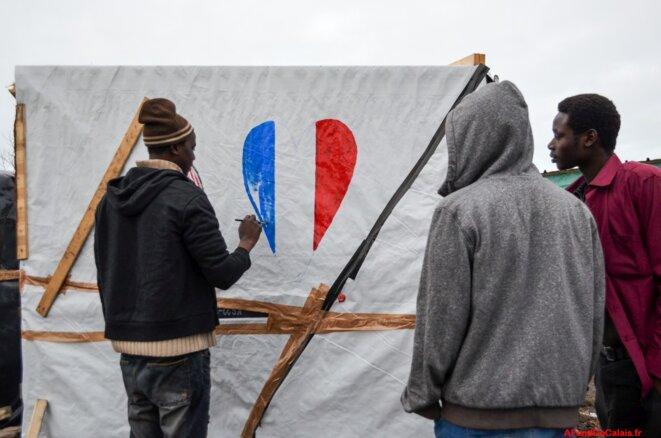 Des Soudanais dans le camp de Calais (cabane détruite à ce jour) © Paul Béjannin