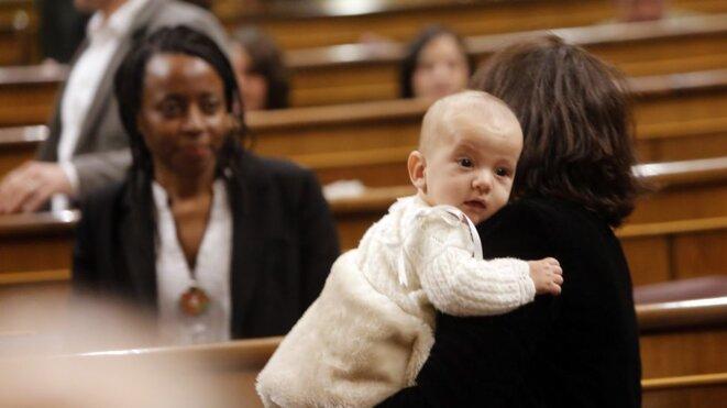 Rita Bosaho, Carolina Bescansa et son enfant, Diego, au Congrés des Députés, le 13 janvier dernier. © Benito Ordoñez