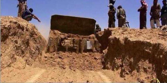 Image de propagande de Daech montrant la destruction de la frontière Sykes-Picot par un bulldozer
