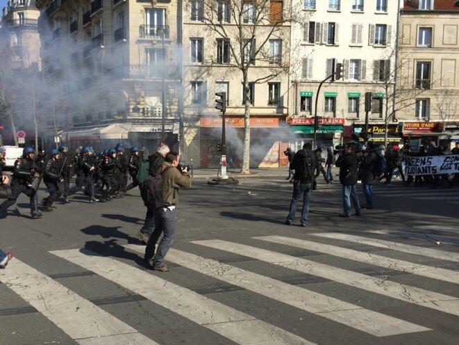 Les gendarmes dispersent des manifestants © Kalidou Sy