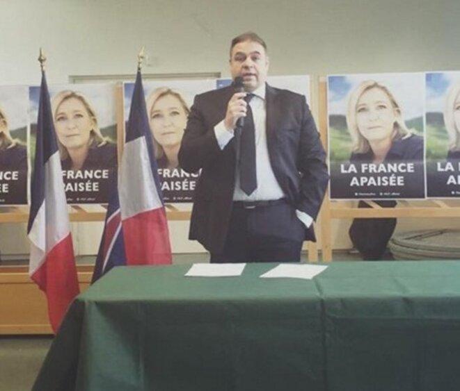 Axel Loustau, tout récemment promu secrétaire départemental du FN dans les Hauts-de-Seine, lors d'une réunion de sa fédération, avec Florian Philippot, le 12 mars 2016. © Compte Twitter d'Axel Loustau
