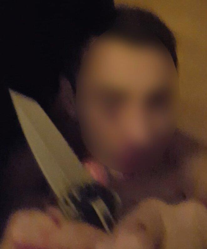 La victime à terre, menacée par un couteau. © Document Mediapart