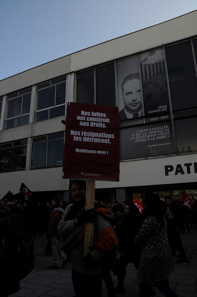 Université de Strasbourg, manifestants devant Le Patio. © Bob Ramsey