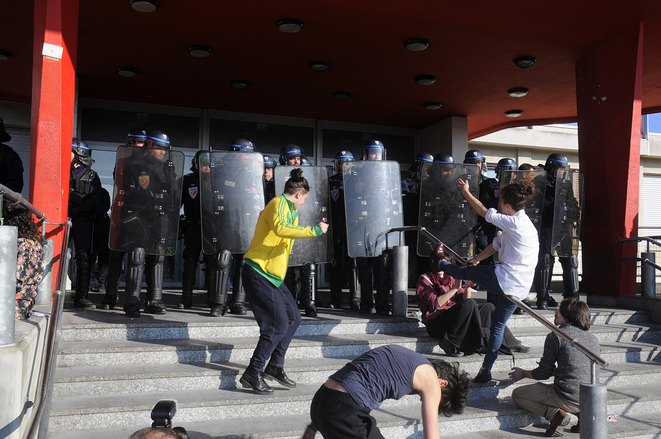 Université de Strasbourg, Danse des étudiants devant les CRS. © Bob Ramsey