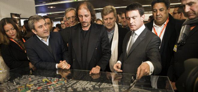 Manuel Valls lors de la présentation du projet urbain aux côtés de l'architecte, en 2014. © DR