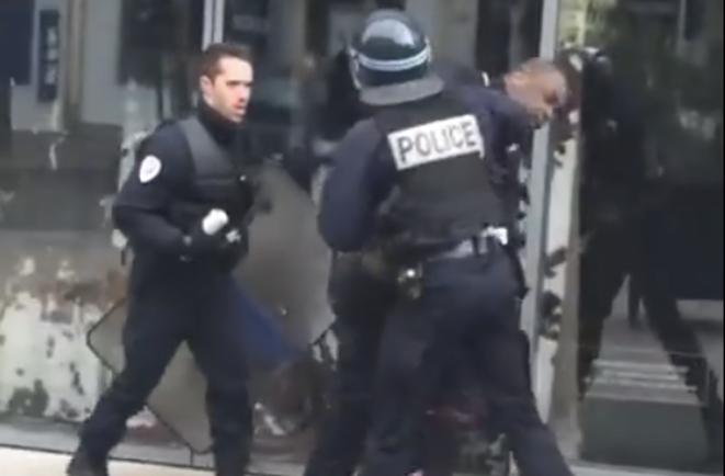 Les policiers frappant un lycéen.