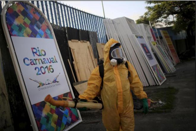Un employé municipal s'apprête à répandre de l'insecticide contre le Zika sur le sambodrome de Rio, en janvier 2016 © Reuters/Pilar Olivares