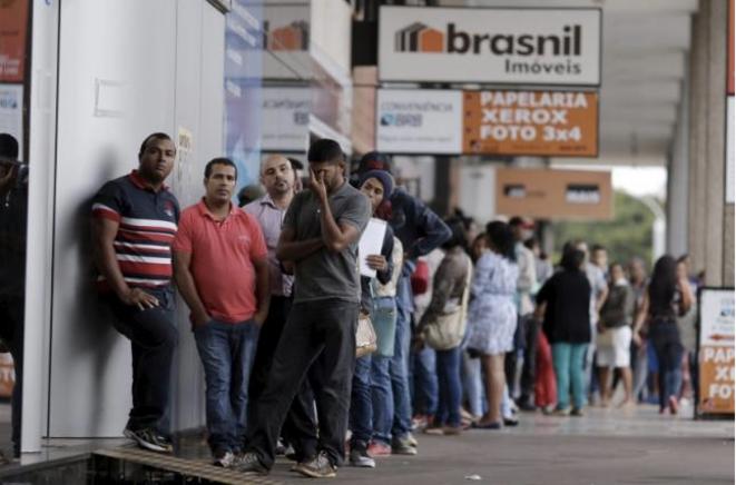 Devant une agence pour l'emploi, à Brasilia au Brésil le 8 mars 2016. © Reuters