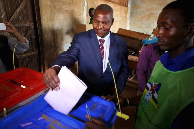 Faustin-Archange Touadéra vote pour le deuxième tour des élections, le 14 février 2016 à Bangui. © Reuters