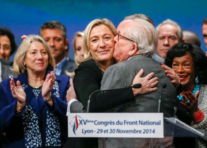 Jean-Marie Le Pen et Marine Le Pen, le 30 novembre 2014, au congrès du FN, à Lyon. © Reuters