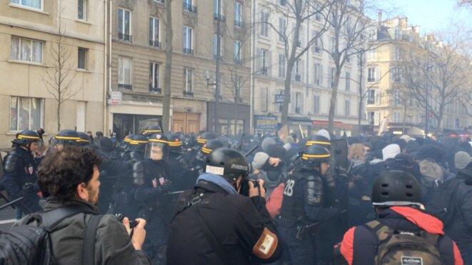 Des policiers de la BAC matraque télescopique sortie le long du cortège lycéen © CG