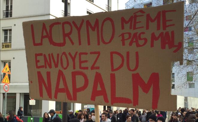 Slogan lycéen dans la manifestation à Paris © KS