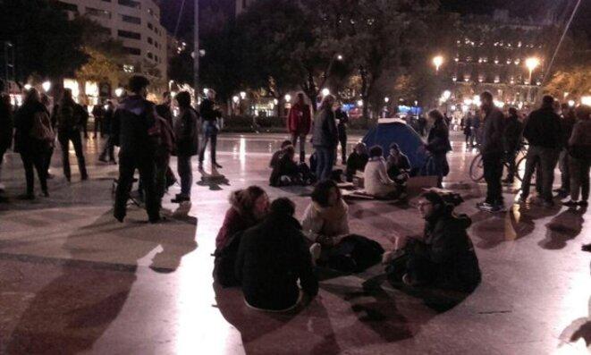 Una nit en peu a Plaza de Catalunya, dissabte 9 de abril.