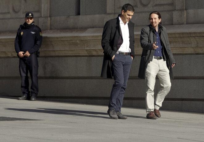 Pedro Sanchez et Pablo Iglesias à l'entrée du congrès des députés à Madrid le 30 mars 2016. © Sergio Perez - Reuters.