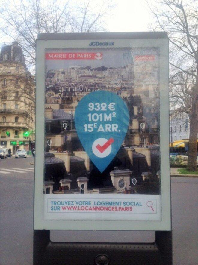 La mairie de Paris vante les mérites de sa politique de logement dans les rues de la ville. © Adama Sissoko
