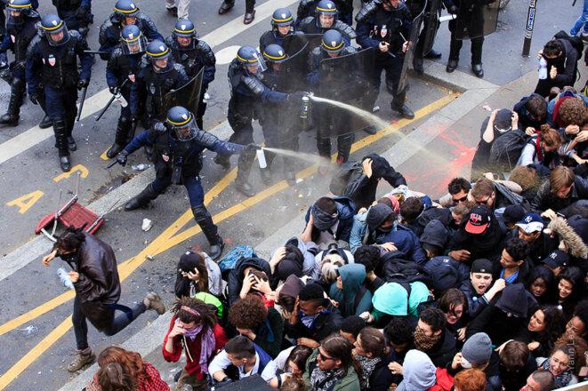 À l'angle de l'avenue Jean Jaures et de la rue Bouret, la manifestation est retenue par une nasse policière. © Yann Levy / Reproduction partielle ou totale strictement interdite