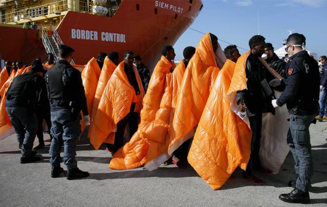 Partis de Libye, des migrants débarquent au port de Pozzallo en Sicile, le 29 mars 2016. © Reuters