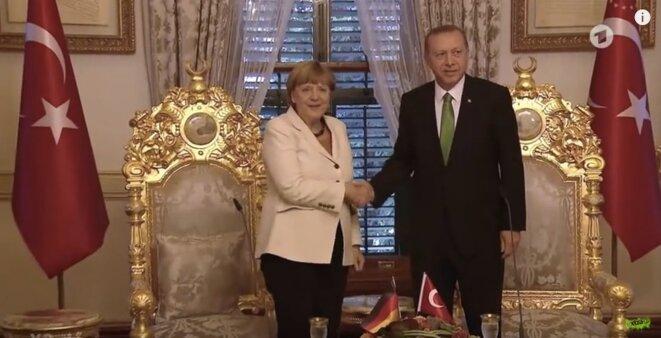 Merkel reçue dans le palais présidentiel d'Erdogan © Capture d'écran du clip d'Extra 3