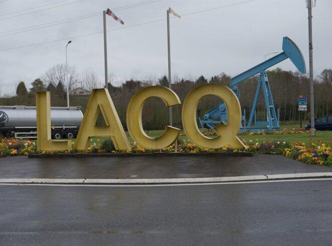 Rond-point à l'entrée de la ville de Lacq, avril 2016. (JL)