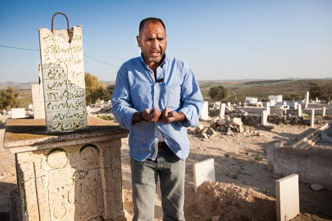 Aziz Abou Madigan sur la tombe de son grand-père. © Dave Sinai