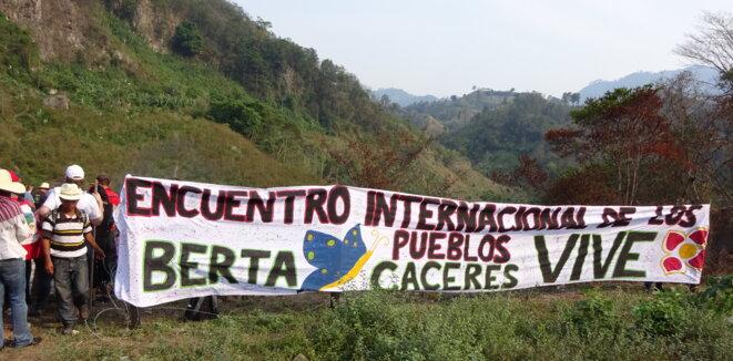 Hommage à Berta Cáceres sur les bords du Ríio Gualcarque © Kassandra