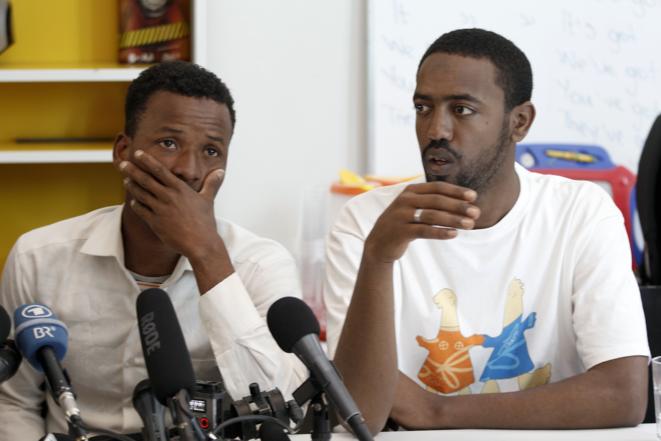 Deux rescapés lors d'une conférence de presse organisée à Athènes, en Grèce, le 21 avril 2016. © Reuters