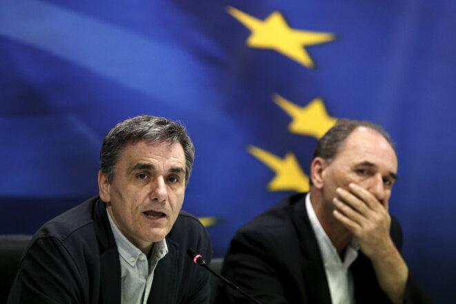 Les ministres grecs des finances et de l'économie, Euclide Tsakalotos et Yorgos Stathakis. © Reuters