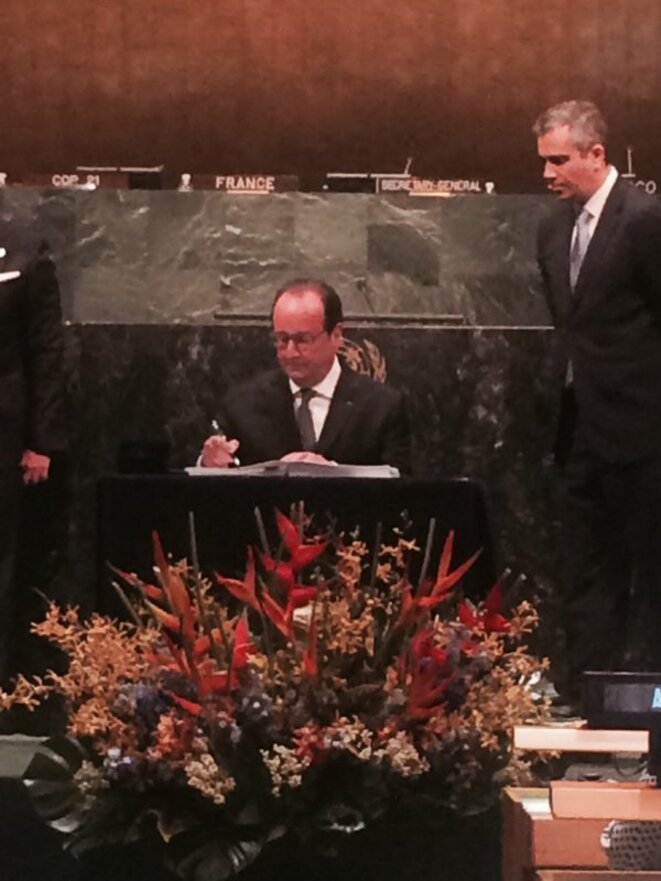 François HOLLANDE signant l'Accord de PARIS à l'ONU le 22 avril 2016