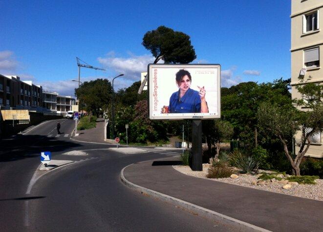 """Dans toutes les rues de Sète, l'affiche du festival """"ImageSingulières"""". © Vincent Planel"""