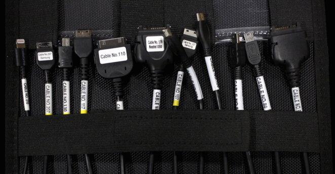 Jeu de câbles de la société Cellebrite, destinés à la récupération des données de différents téléphones. © Reuters.