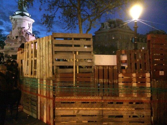 Les premiers murs de la cabane dressée jeudi soir place de la République © Christophe Gueugneau