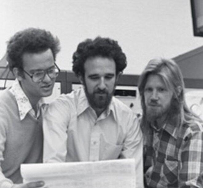 Martin Hellman, au centre, avec deux étudiants © Service de presse de Stanford