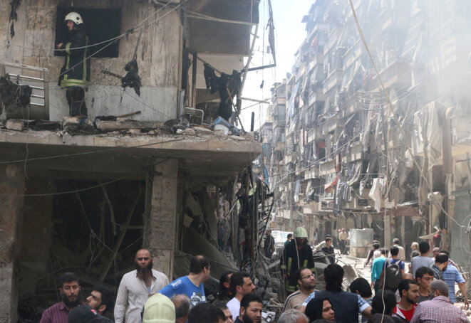 Des habitants du quartier de Bustan Al-Qasr, tenu par les révolutionnaires syriens, inspectent les dégâts après les bombardements de l'armée syrienne, jeudi 28 avril. © Abdalrhman Ismail/reuters